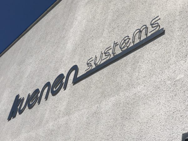 Signing rvs bedrijfsbord op bedrijfspand met logo Kuenen Systems
