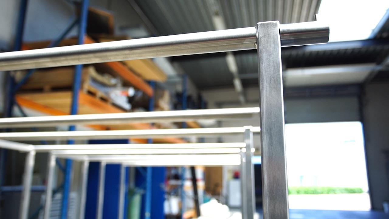 Detail van rvs presentatie meubel met lasverbinding