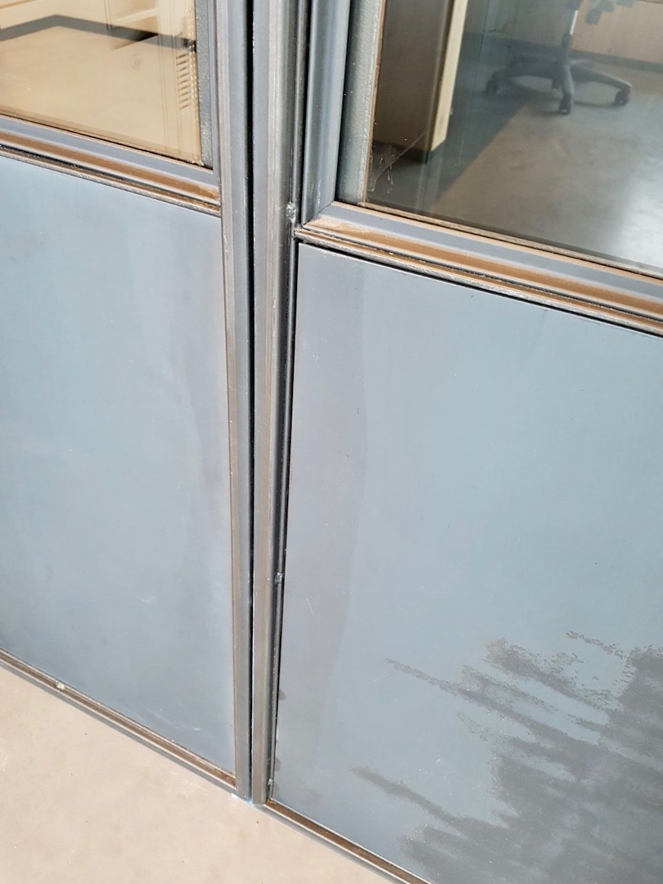 Blank stalen platen onderaan stalen deur
