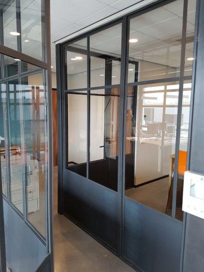 Blank stalen kozijn in kantoorinrichting