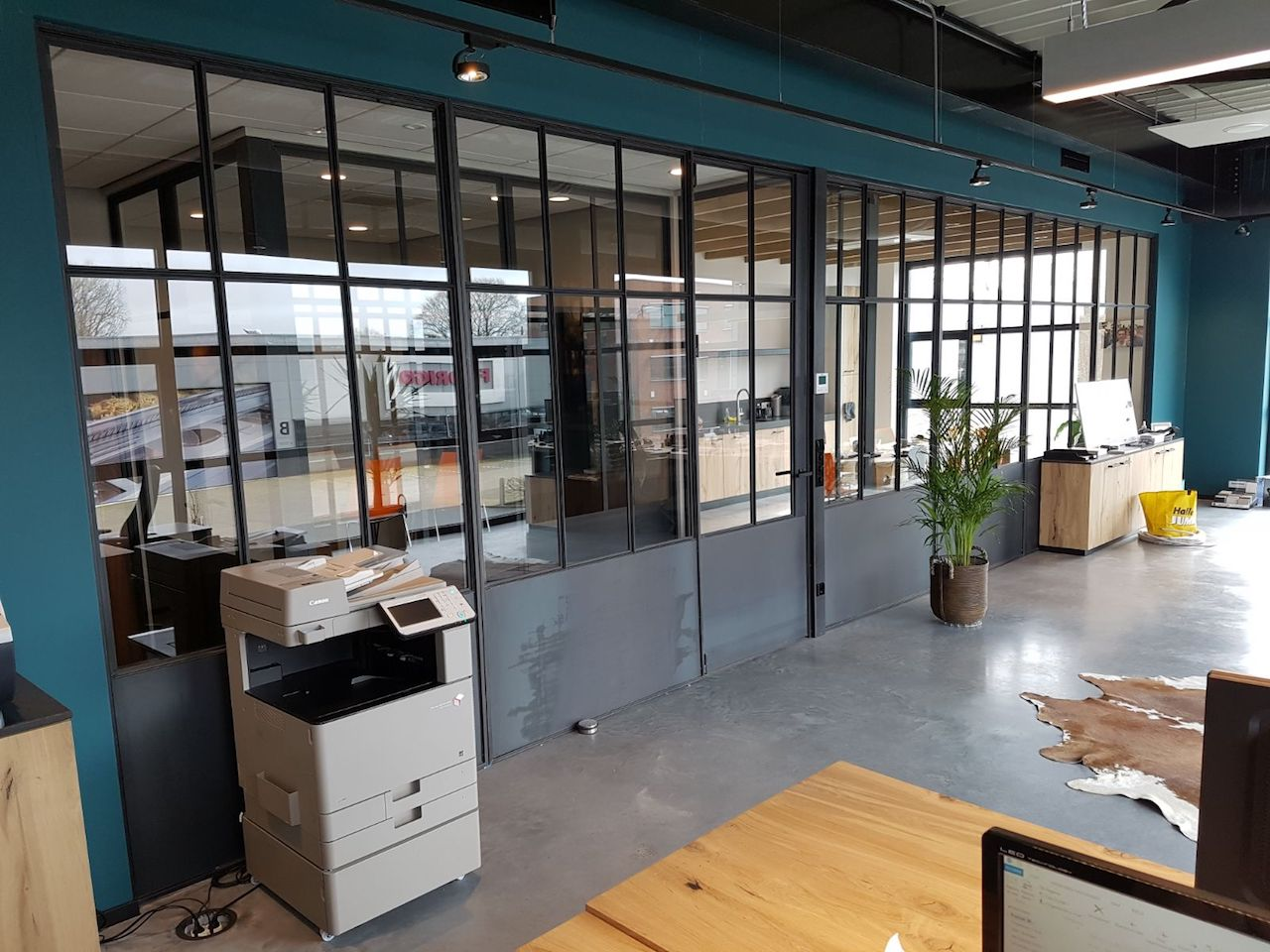 Stalen kozijn en stalen deuren in kantoorinrichting
