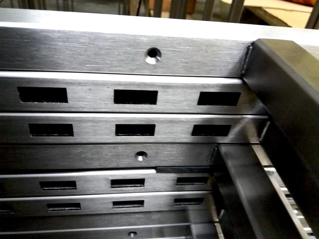 Detail van rvs interieursysteem voor winkelinrichting