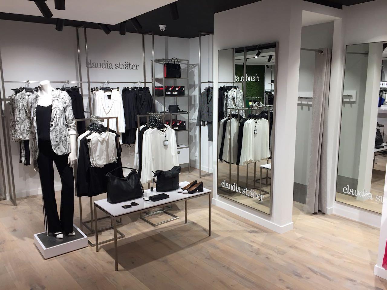 Rvs maatwerk schappen en presentatietafel in kledingwinkel
