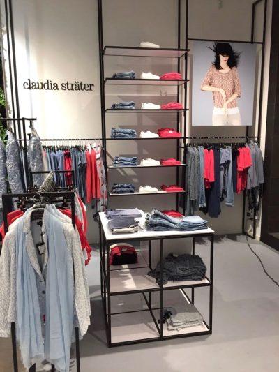Winkelinterieur met stalen schappen voor presentatie kleding