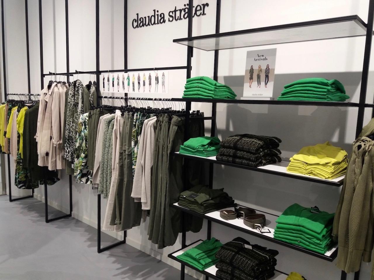 Stalen kledingschappen met wit hoogglans in winkelinterieur