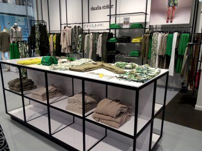 Presentatietafel van staal en wit hoogglans voor kleding