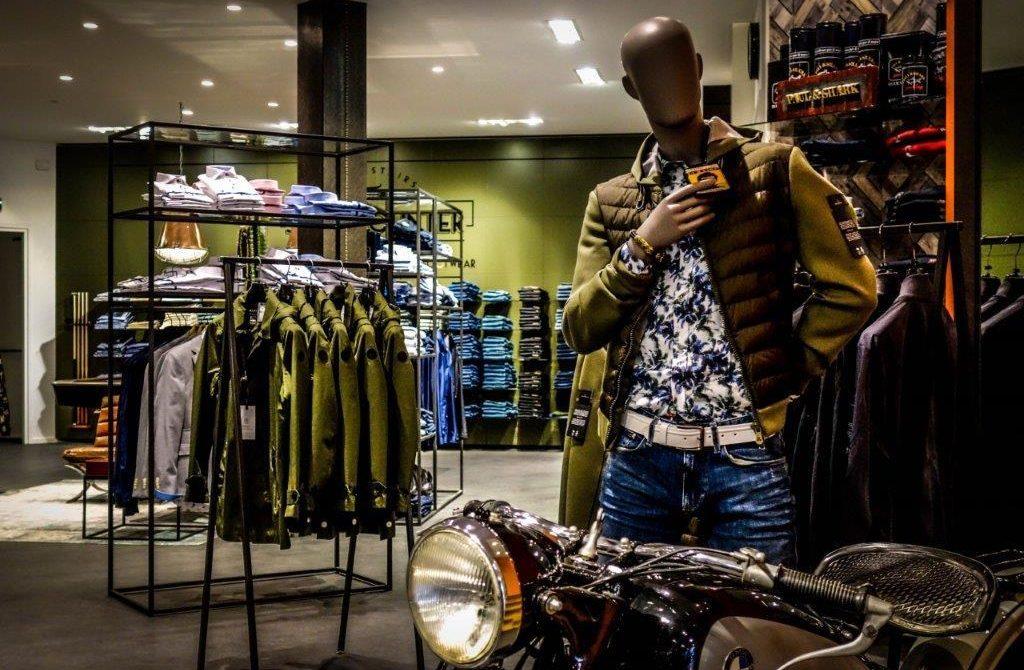 Industrieel winkelinterieur jeanswinkel met stalen schappen