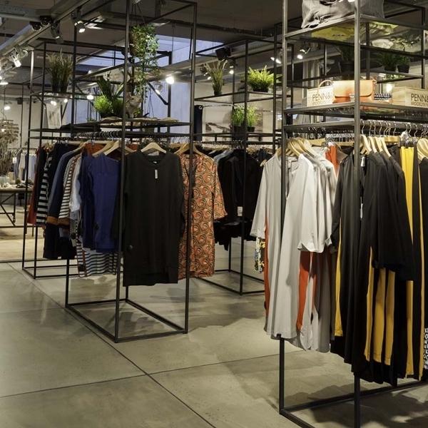 Stalen kledingschappen in industrieel winkelinterieur