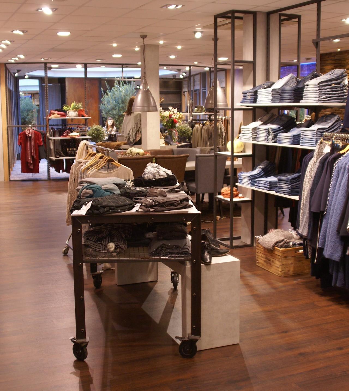 Stalen schappen in interieur kledingwinkel